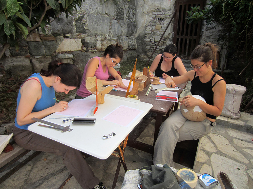 Fig. 1: Kos Mission 2013 students attending the workshop on Byzantine ceramics (Baldini 2013–2014)
