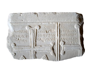 Fig. 4: Kos, Storeroom in the Castle of Neratzia, grave slab of a Constantine from the basilica of St. Gabriel (Baldini 2013–2014)