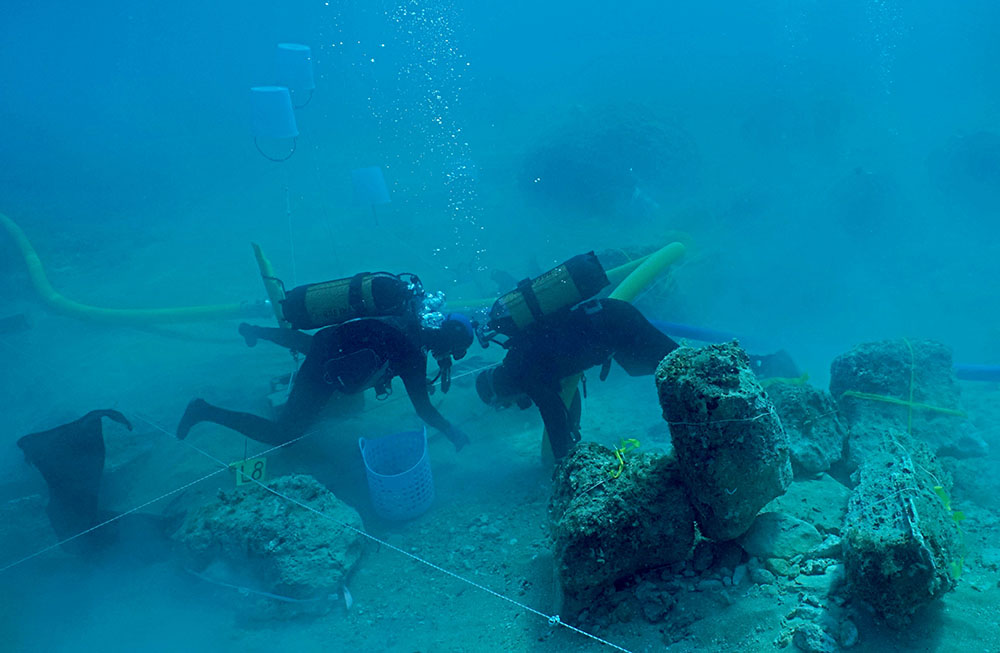 Fig. 1: Ongoing excavation of the Marzamemi shipwreck, with partial columns and other architectural elements (Leidwanger 2014–2015)