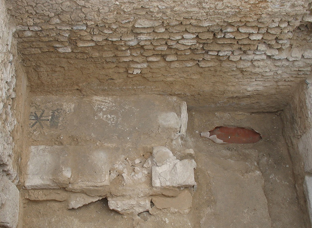 Fig. 3: Tombs along the north wall of the Small Vaulted Room (Stevens 2006–2007)