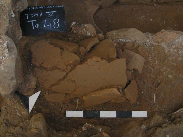 Fig. 4: Example of the second type of tile grave (kalyvitis) (Bourbou 2010–2011)