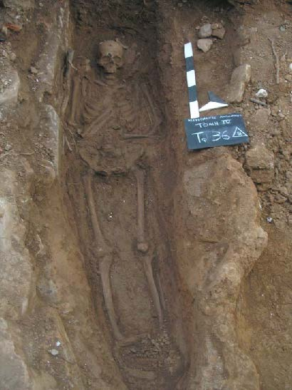 Fig. 5: Burial in which the left arm is folded over the sternum and the right over the abdomen (Bourbou 2010–2011)