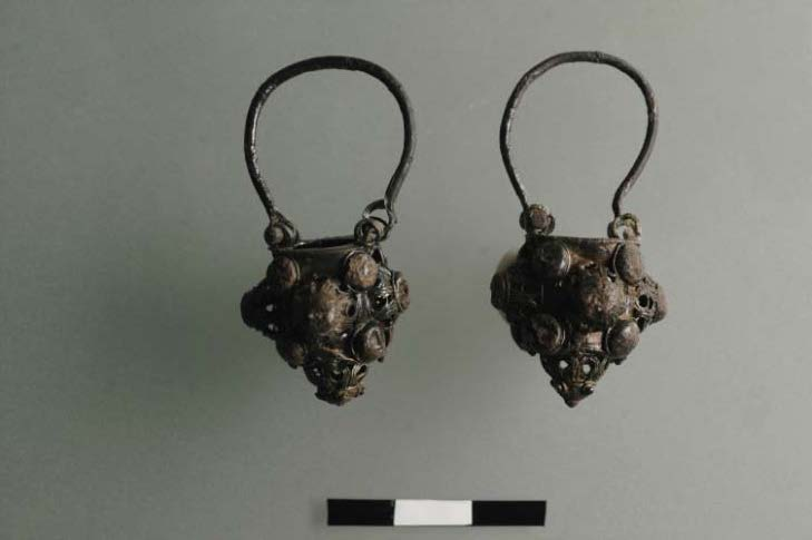 Fig. 6: Pair of silver basket-shape earrings (M44–M45) (Bourbou 2010–2011)