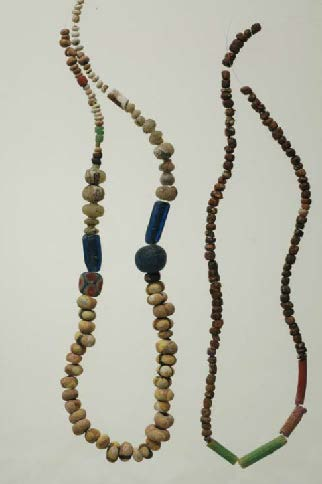 Fig. 12: Two necklaces of glass beads (X1 and X2) (Bourbou 2010–2011)