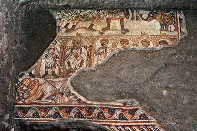 Fig. 3: Mosaic with a battle scene (?) with elephants and male figures framed by an arcade (Magness 2013–2014)