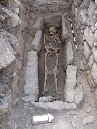 Fig. 8: Grave 1 in Room 2, with the skeleton of an adult male (Snively 2009–2010)