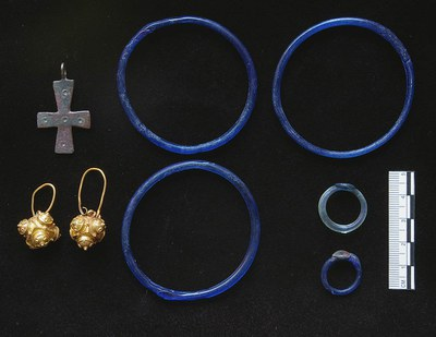 Fig. 3: Gold, bronze, and glass finds from Tomb 18, dated to the eleventh century, in the church atrium (Lightfoot 2006–2007)