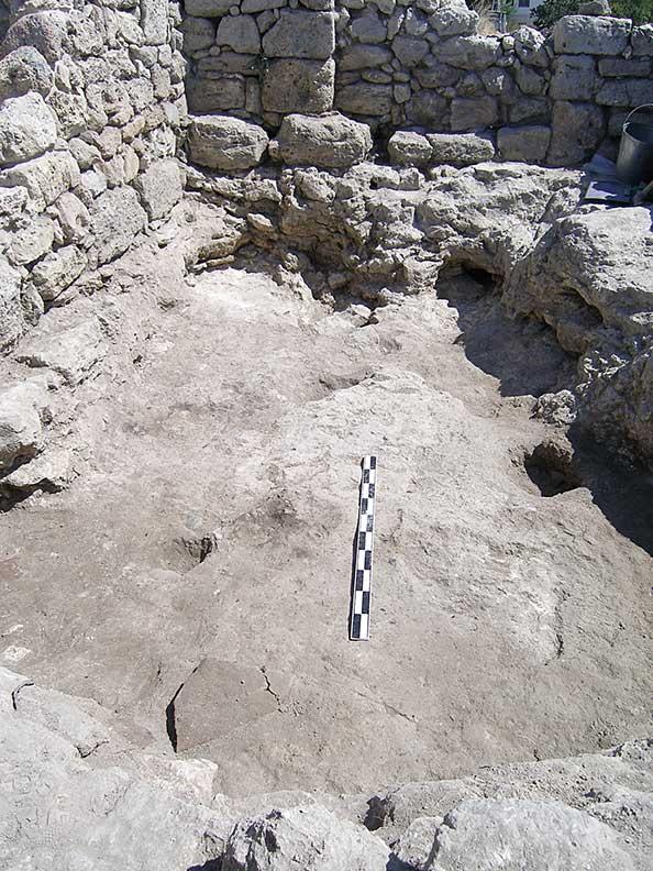 Fig. 3: The 10th/11th-century beaten-earth floor of the sunken-floor building of room 33 (Rabinowitz and Sedikova 2005–2006)