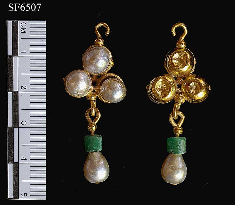 Fig. 1: Gold, pearl, and emerald earring (SF6507) (Lightfoot 2005–2006)