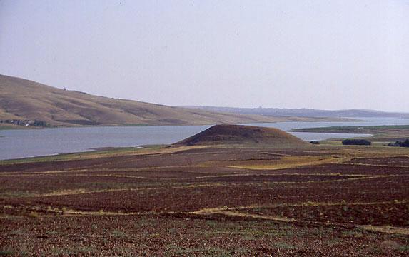 Fig. 2: View of the site near Gellingüllü Lake (Steadman 2005–2006)