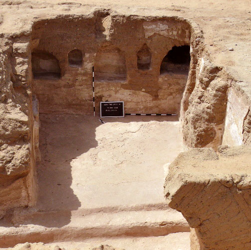Fig. 4: Room 4a at floor level with five niches along south wall and a window above the central niche (Davis et al. 2007–2008)