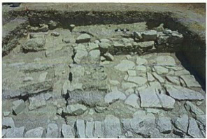 Fig. 12: Collapsed mud brick and stones from walls in O11a (Jackson 2011–2012)