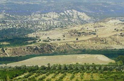 Fig. 2: Mound at Kilise Tepe from the east (Jackson 2011–2012)