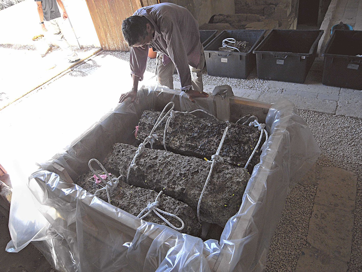 Fig. 2: Project conservator Asaf Oron prepares a new tank for conservation of marble architectural pieces from the shipwreck (Leidwanger 2014–2015)