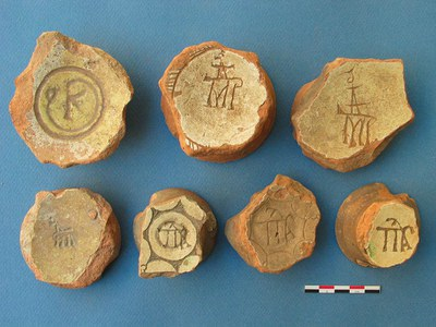 Fig. 3: Biscuit-fired and glazed ceramics with monograms (Waksman 2008–2009)