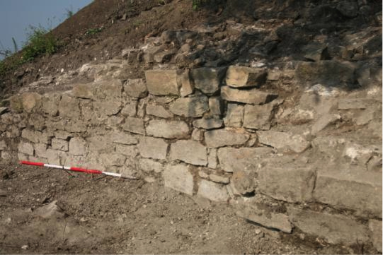 Fig. 19: The outer face of the curtain wall, area E (Poulter 2010–2011)