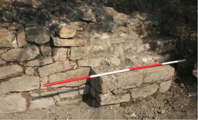 Fig. 21: Outer face of curtain-wall and northern buttress, area E (Poulter 2010–2011)