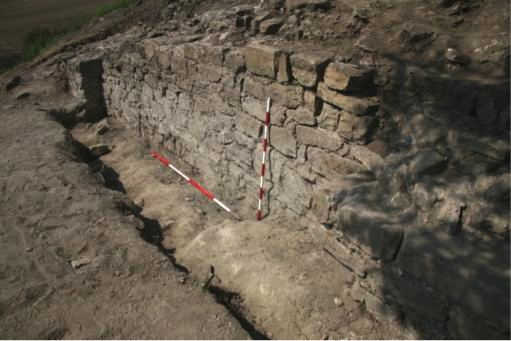 Fig. 22: Outer face of curtain wall and southern buttress, area E (Poulter 2010–2011)