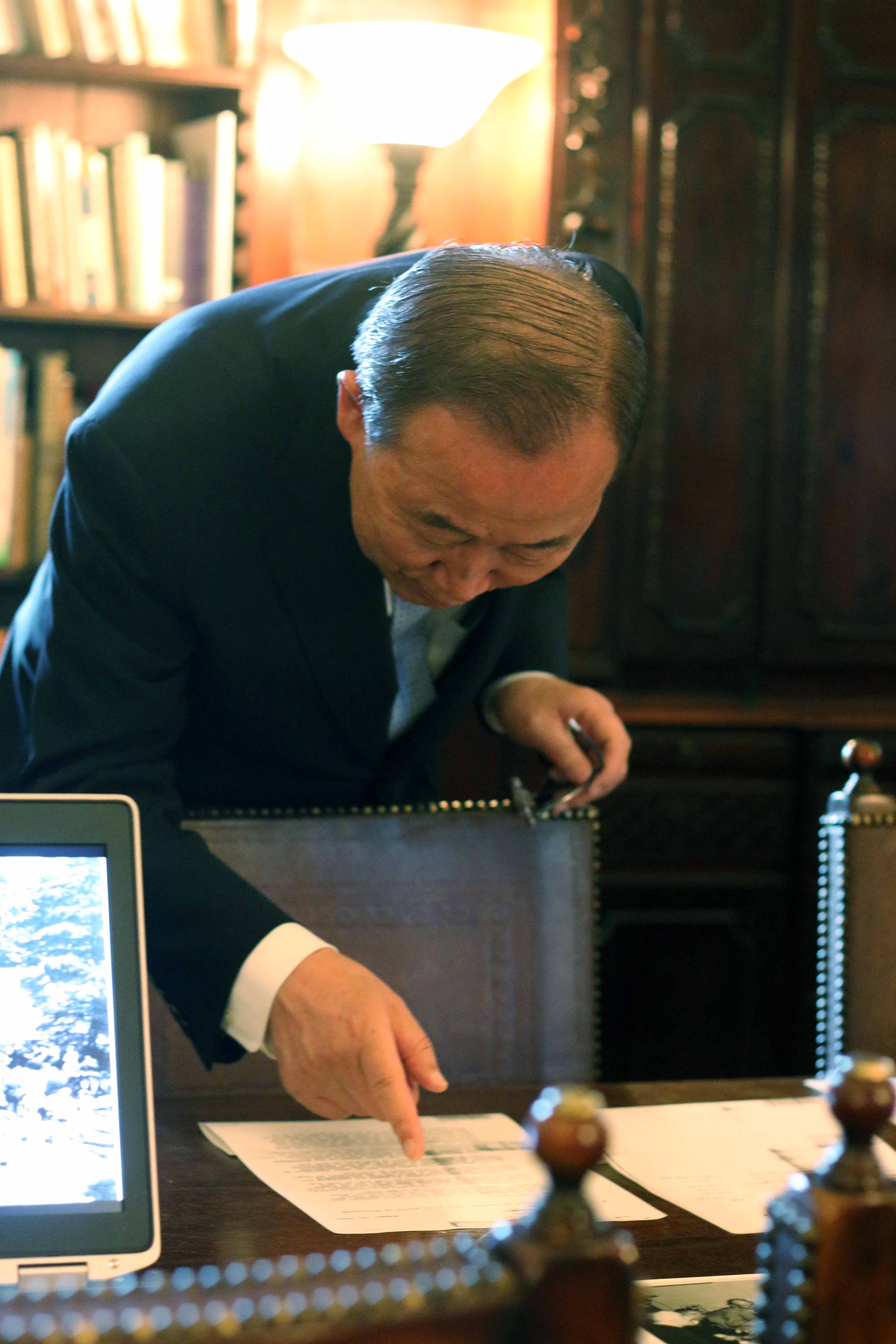 United Nations Secretary General Ban Ki-Moon Examining Dumbarton Oaks Conversations Artifacts (AR.DP.2015.005)