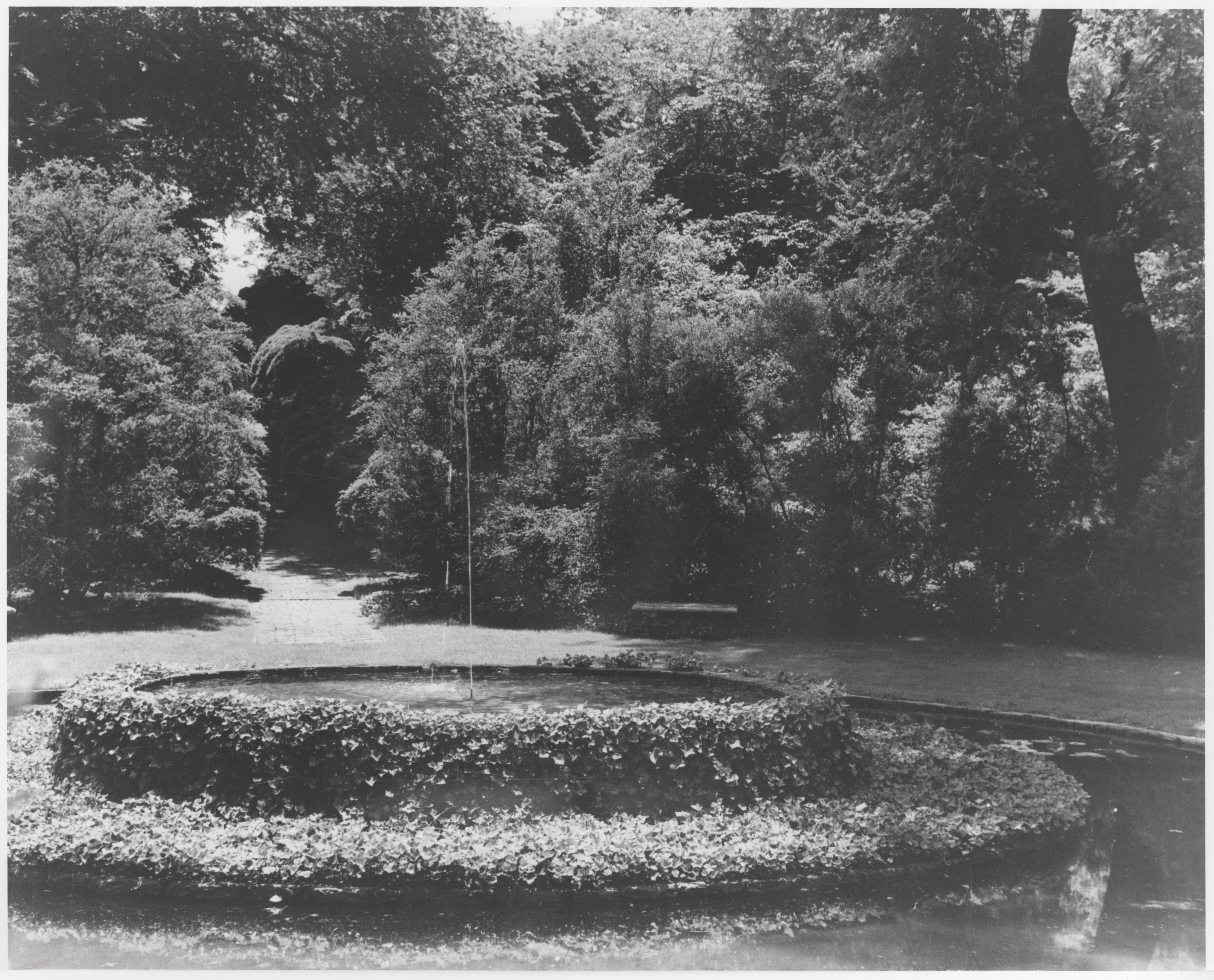 Ellipse, central pool before Provençal fountain