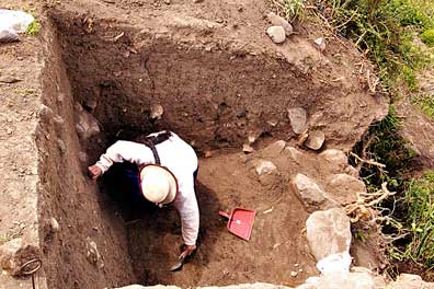 Fig. 7: Excavation of false tomb, south face of Cerro Narrío (Raymond and Delgado 2008–2009)