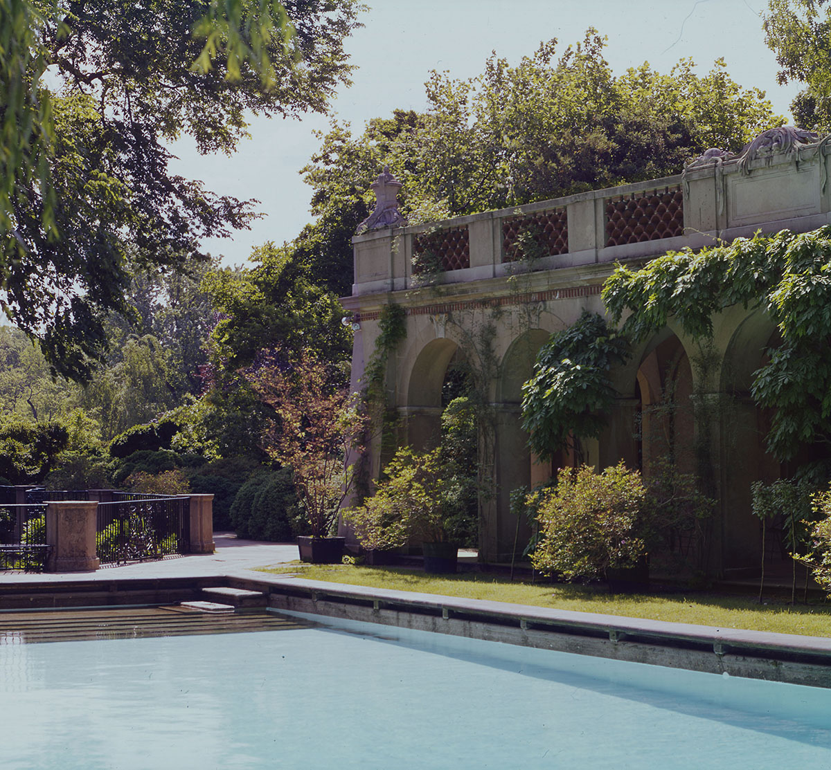 Swimming pool and loggia dumbarton oaks for Garden oaks pool